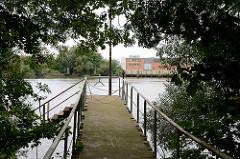 Wassertreppe am Moldauhafen in Hamburger Stadtteil Kleiner Grasbrook - im Hintergrund das Lagerhaus D.