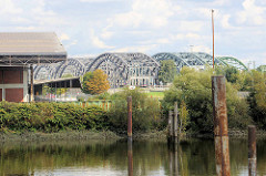 Ausblick von der Sachsenbrücke im Hamburger Stadtteil Kleiner Grasbrook über den Moldauhafen zu den Freihafen Elbbrücken; lks. ein Ausschnitt von einem Lagergebäude des ehem. Übersee Zentrums.
