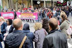 """Demonstration """"Zeit für einen Aufschrei - Aufstehen gegen Rassismus"""" in der Hamburger Innenstadt - Mönckebergstraße, Schaulustige am Straßenrand."""