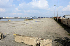 Verlassener Sthamerkai am Oderhafen in Hamburg Steinwerder - ehem. Betriebsgelände vom Buss Hansa Terminal am Hamburger Oderhafen. Das Terminal hat seinen Betrieb Ende 2016 eingestellt.
