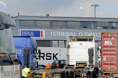 Containerauflieger an der Einfahrt zum Terminal O'Swaldkai im Hamburger Hafenstadtteil Kleiner Grasbrook.