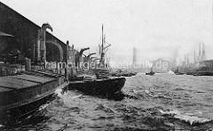 Historische Ansicht vom Hafenbecken des Baakenhafens im Hamburger Hafen - Dampfkräne, Schuten und Dampfschiff am Petersenkai - re. der Versmannka, im Hintergrund die Gasanstalt beim Magdeburger Hafen / Strandkai.
