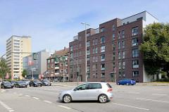 Wohnhäuser aus unterschiedlichen Zeitabschnitten - Wohnblocks an der Kieler Straße in Hamburg Stellingen.