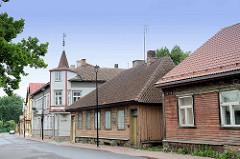 Holzhäuser, Wohnhäuser in Holzarchitektur - restauriertes Gebäude mit hölzernem Erkerturm und Wetterfahne; Fotos aus Fellin / Viljandi, Estland.