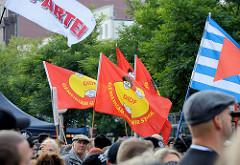 "Demonstration ""Bündnis gegen Rechts"" in Hamburg - Fahnen."