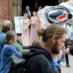 """Demonstration """"Bündnis gegen Rechts"""" in Hamburg vor der Petrikirche in der Hamburger Innenstadt; Flagge Antifaschistische Aktion."""