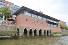 Historisches Fundament - Unterbau eines Gebäudes am Zollkanal - modernisiert, Umbau Nutzung als Restaurant.
