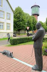 Bronzeskulptur vom ehem. Bürgermeister August Maramaa in  Fellin / Viljandi, Estland - Bronzeskulptur mit Schäferhund.