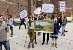 """Demonstration """"Bündnis gegen Rechts"""" in Hamburg -  Gruppe mit Landschaftsbild - Um Deutschland einen Jägerzaun, Plakate., u"""