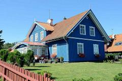 Blaues Holzhaus - Rasen; Wohnhaus in Nida / Nidden auf der Kurischen Nehrung in Litauen.