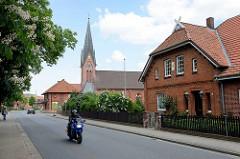 Dorfstrasse in Stelle - Blick zur Selbständigen Ev.-luth. Kirche St.-Petri.