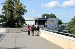 Eingang zur S-Bahn Haltestelle Hamburg Neugraben - Am Neugrabener Bahnhof.