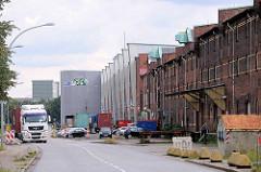 Historische und moderne Lagergebäude / Parkhaus an der Dessauer Strasse in Hamburg Kleiner Grasbrook.