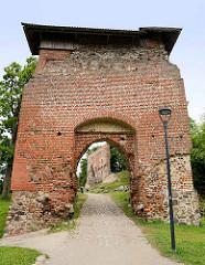 Reste alter Mauern / Eingang zur ehem. Ordensburg auf dem Schlossberg  in Fellin / Viljandi, Estland.