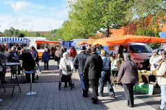 Wochenmarkt im Zentrum des Hamburger Stadtteils Neugraben-Fischbek; Verkaufsstände mit Sonnenschirmen.