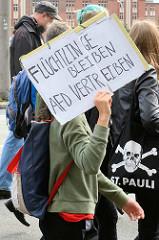 """Demonstration """"Bündnis gegen Rechts"""" in Hamburg - Plakat Flüchtlinge bleiben, AfD vertreiben."""