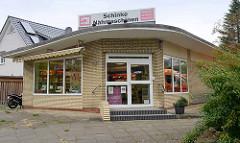 Architektur der 1960er Jahre - Flachbau mit gelber Ziegelfassade in Hamburg Niendorf, Geschäft für Nähmaschinen.