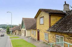 Wohnhäuser in Fellin / Viljandi, Estland; Einzelhäuser in Holzbauweise, im Hintergrund der See.