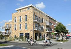 Neubaugebiet - Wohnhaus mit Geschäften im Torstecherweg in Hamburg Neugraben-Fischbek.