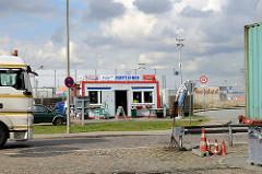 Container Kiosk Foffteiner an der Dessauer Strasse im Hamburger Stadtteil Kleiner Grasbrook, Lastwagenverkehr - im Hintergrund das Frucht- und Kühl-Zentrum.