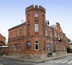 Backsteingebäude / Musikschule mit Eckturm - Feldsteinsockel; Architektur in  Fellin / Viljandi, Estland.