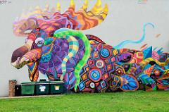 Psychedelischer Elch - farbenfrohe Fassadengestaltung an einer Hausmauer in Fellin / Viljandi, Estland.