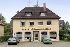 Schlichte Architektur der 1950er Jahre Wohnhaus mit Geschäft; Schrift Fassade Friseur, Damen / Herren.
