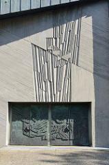 Eingangstür / Relief der Petruskirche in Hamburg Lokstedt - geweiht 1968; jetzt Gemeindezentrum - gemeinsame Nutzung mit der Koreanischen Gemeinde Hamburgs.