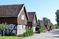 Wohnhäuser / Ferienhäuser mit Fachwerk und Holzgiebel - Architektur in Nida, Kurische Nehrung.