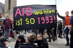 """Demonstration """"Bündnis gegen Rechts"""" in Hamburg -  Transparent AfD wählen ist SO 1933."""