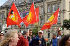 """Demonstration """"Bündnis gegen Rechts"""" in Hamburg - Flaggen vor dem Museum für Kunst und Gewerbe."""
