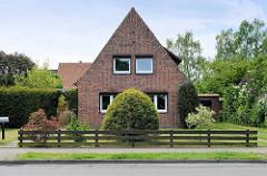 Wohnhaus mit Spitzdach / Satteldach, altdeutsches Dach - Backstein-Einzelhaus, Fassade mit Ziegeldekor, versetzte Klinker.