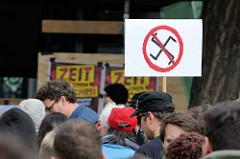 """Demonstration """"Bündnis gegen Rechts"""" in Hamburg - Plakat durchstrichenes Hakenkreuz, Zeit für einen Aufschrei."""