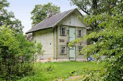 Einstöckiges Holzhaus - Wände aus Holzstämmen; ehem. Hansestadt Straupe.