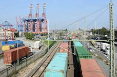 Güterzüge mit Containern im Hamburger Hafen - Lastwagenverkehr / Containertransport; im Hintergrund Containerkräne vom Terminal Eurogate und Burchardkai.