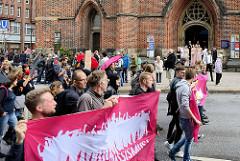 """Demonstration """"Bündnis gegen Rechts"""" in Hamburg vor der Petrikirche in der Hamburger Innenstadt."""