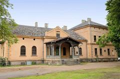 Altes Herrenhaus in Fellin / Viljandi, Estland - Eingang mit Holzkonstruktion / Säulen.