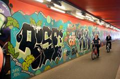 Fussgängerunterführung am S-Bahnhof Hamburg Stellingen - buntes Grafitti an den Wänden.