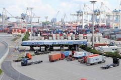 Containerkräne und Containerlager auf dem Terminal Tollerort in Hamburg Steinwerder - LKW Abfertigung.