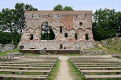 Reste alter Mauern, Freilichtbühne mit Holzbänken; alte Mauern der Ordensburg auf dem Schlossberg  in Fellin / Viljandi, Estland.