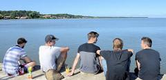 Blick von der Mole in Nida auf das Kurische Haff in Lettland.