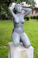 Kunst im Öffentlichen Raum - Skulptur, nackte Frau in der Culinstrasse von Hamburg Horn.