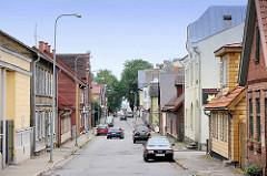 Straße mit Wohnhäuser - zumeist Holzfassaden, Architektur in Fellin / Viljandi, Estland.