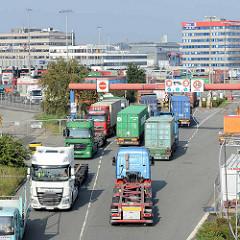 Lastwagenverkehr, Sattelschlepper / Auflieger mit Containern an der Einfahrt zum Container Terminal Burchardkai in Hamburg Waltershof.