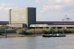Ausblick von den Freihafen-Elbbrücken auf die Gebäude vom Übersee-Zentrum auf dem Kleinen Grasbrook in Hamburg.