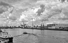 Blick von der Brücke Dessauer Straße auf den Hansahafen in Hamburg Kleiner Grasbrook; re. der O'Swaldkai und das Furcht und Kühl-Zentrum der HHLA: