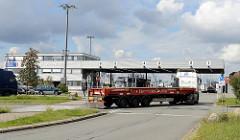Lastwagen - Containerauflieger an der Einfahrt zum Terminal O'Swaldkai im Hamburger Hafenstadtteil Kleiner Grasbrook.
