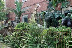 Vorgarten einer Dekorfirma - Elefant, Giraffe und Orang-Utang im Grünen; Kieler Strasse in Hamburg Stellingen.