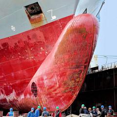 Schiffsbug / Wulstbug - Frachtschiff im Trockendock, Werft im Hamburger Hafen.
