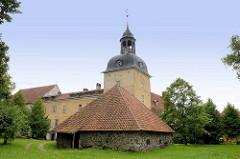Schloss von Groß-Roop / Lielstraupes Pils wurde ursprünglich im romanischen Stil erbaut, und nach einem Brand 1905 im barocken Stil wieder aufgebaut.  Seit 1963 wird das Gebäude als Heilstätte für Alkoholiker genutzt. Scheune mit Mauer aus Feldsteine
